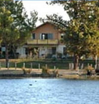 Holiday house overlooking Lake Sambell walking distance to shops